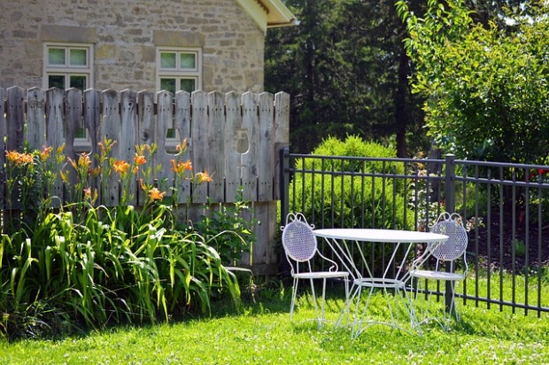 fencing, white lawn furniture, day lilies, mixed fencing ideas